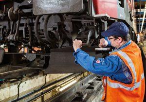 Jörg Bärsch und seine Kollegen überprüfen Loks und Waggons regelmäßig auf Verschleiß und andere Schäden.