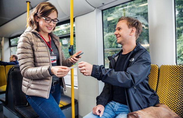 Im Rahmen einer einjährigen Verkehrserhebung stellen Ihnen Mitarbeiter der Firma PTV Fragen rund um Ihr Ticket und Ihre Fahrt.