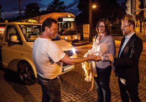 In Dresden bringt Sie bei Bedarf das Anruf-Linien-Taxi nach Hause.