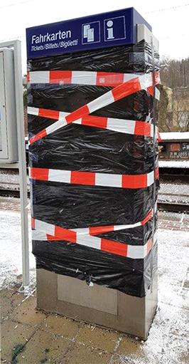 Zerstörter Ticketautomat am Bahnhof Cossebaude