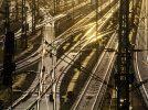 Gleise von DB Netz im abendlichen Schein
