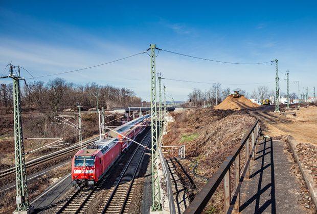 Der gesamte Schienenverkehr in Deutschland wird von rund 13.000 Fahrdienstleitern auf die richtigen Gleise gelenkt.