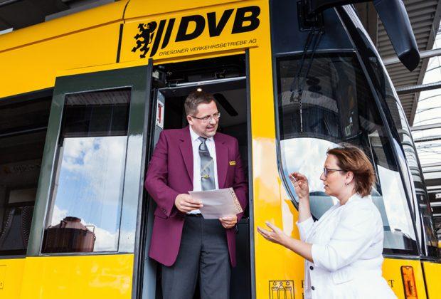Kristin Grund, Centerleiterin im Bereich Personal & Bildung der Dresdner Verkehrsberiebe AG, und Jens Richter, Mitarbeiter beim VVO-Infomobil und Teilzeit-Tram-Fahrer im Gespräch