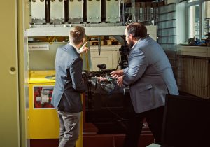 Es ist gar nicht so lange her, dass der batteriebetriebene Prototyp der Österreichischen Bundesbahn nach Königsbrück gefahren ist. Martin Arnhold aus dem Bereich SPNV-Angebot/Vergabe des VVO, (links) sowie Benjamin Ebrecht von der TU Berlin (nicht im Bild) und Nyascha Thomas Wittemann von der TU Dresden treffen sich regelmäßig im Rahmen eines gemeinsamen Forschungsprojektes für alternative Antriebe.