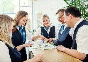 Immer ein Lächeln auf den Lippen. Jana Findeisen und das Team in der Mobilitätszentrale, hier vor der Pandemie, sorgen gern für gute Laune bei den Kunden.