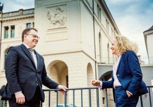 Ines Fröhlich und Burkhard Ehlen treffen sich am Dresdner Verkehrsmuseum. In den Sammlungen lässt sich ganz locker zu den Themen Mobilitäts-Gesellschaft, Kompetenzcenter Sachsentarif und Bildungs-Ticket plaudern.